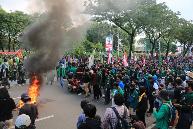 Negara Kalut: Massa Aksi Digeledah Hingga Ditangkap Warnai Aksi Tolak Omnibus Law
