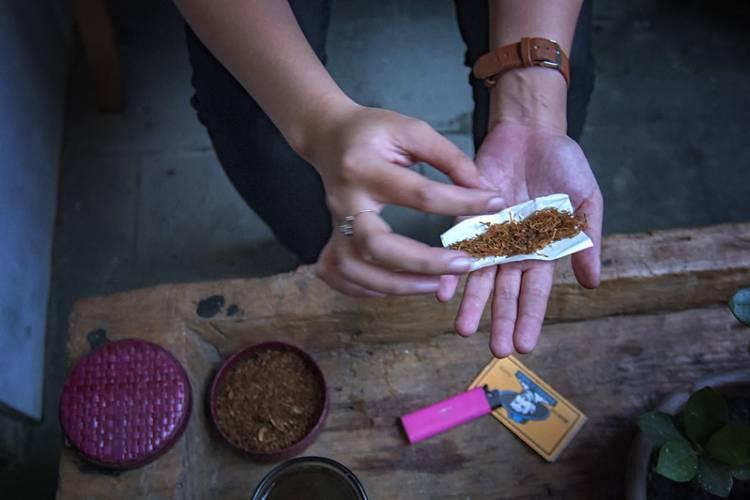 Tarif Cukai Rokok Naik, Tingwe Jadi Solusi Anak Muda